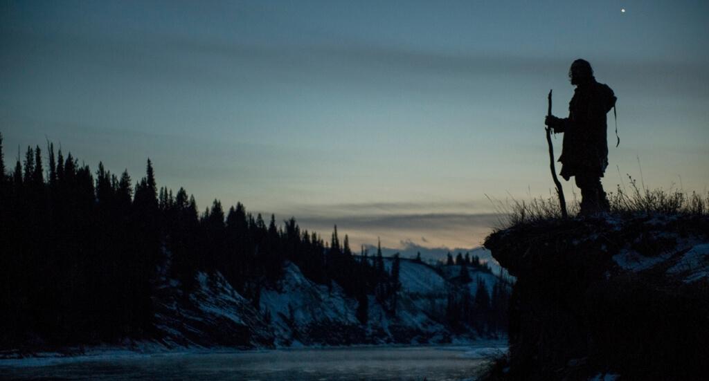 雪山を旅する男