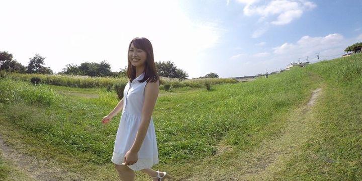 野原を散歩する美音1