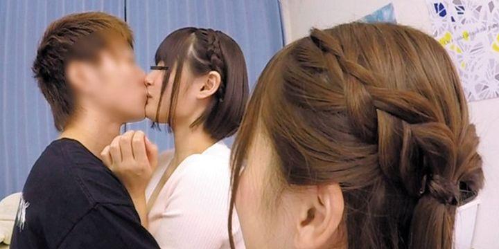むこうでキス
